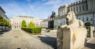 Estatua de piedra delante del palacio presidencial, Varsovia del león foto de archivo