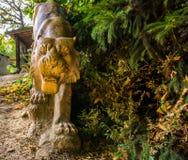 Estatua de piedra esculpida hermosa del tigre, decoraciones animales del jardín fotografía de archivo