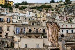 Estatua de piedra fuera del Duomo de San Pedro en pizcas barrocas de la ciudad, Sicilia foto de archivo
