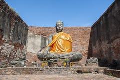 Estatua de piedra grande de Buda en la ruina parcialmente restaurada de Wat Worachet Tharam en la ciudad antigua de Ayutthaya, Ta imagen de archivo libre de regalías