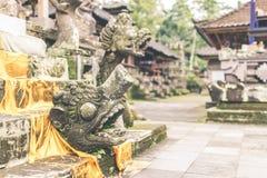 Estatua de piedra hindú en el templo del balinese Isla tropical de Bali, Indonesia Imágenes de archivo libres de regalías