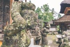 Estatua de piedra hindú en el templo del balinese Isla tropical de Bali, Indonesia Fotografía de archivo