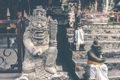 Estatua de piedra hindú en el templo del balinese Isla tropical de Bali, Indonesia Foto de archivo libre de regalías