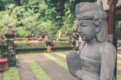 Estatua de piedra hindú en el templo del balinese Isla tropical de Bali, Indonesia Fotos de archivo