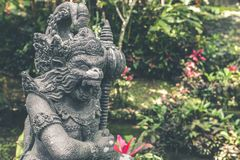 Estatua de piedra hindú en el templo del balinese Isla tropical de Bali, Indonesia Imagen de archivo