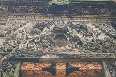 Estatua de piedra hindú en el templo del balinese Isla tropical de Bali, Indonesia Imagen de archivo libre de regalías
