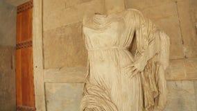 Estatua de piedra de mármol femenina sin cabeza de la diosa en el museo, patrimonio cultural almacen de metraje de vídeo
