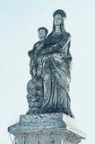 Estatua de piedra vieja de la Virgen en la tumba y Jesus Christ en la c Fotos de archivo