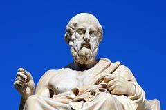 Estatua de Platón y de Athena delante de Athene University foto de archivo