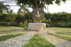 estatua de plata de Buda con el traje de oro en jardín Imágenes de archivo libres de regalías