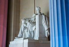 Estatua de presidente Lincoln con los pilares encendidos Imagen de archivo libre de regalías