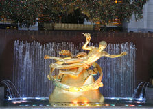 Estatua de PROMETHEUS debajo del árbol de navidad del centro de Rockefeller en la plaza más baja del centro de Rockefeller en Manh Imágenes de archivo libres de regalías
