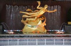 Estatua de PROMETHEUS debajo del árbol de navidad del centro de Rockefeller en la plaza más baja del centro de Rockefeller en Manh Fotos de archivo libres de regalías