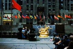 Estatua de PROMETHEUS en el centro de Rockefeller circa los años 50 Imágenes de archivo libres de regalías