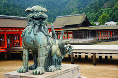 Estatua de protección del león en la capilla de Itsukushima, Miyajima Foto de archivo