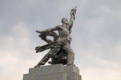 Estatua de Rabochiy i Kolkhoznitsa (trabajador y mujer koljosiana) en Mosco Imagen de archivo libre de regalías
