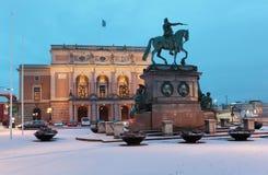 Estatua de rey Gustav II Adolfo y ópera real en Estocolmo, Suecia Fotos de archivo