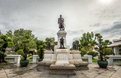 Estatua de rey Rama II en el Temple of Dawn Imagenes de archivo