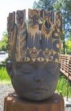 Estatua de reyes Head del artista Clayton Thiel en el paseo público del arte en la ciudad de Yountville Imágenes de archivo libres de regalías