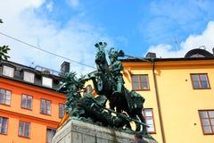 Estatua de Sankt Goran y el dragón en Estocolmo, Suecia - un bron foto de archivo