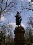 Estatua de Schiller delante del museo nacional de Schiller en Marbach fotografía de archivo libre de regalías