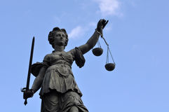 Estatua de señora Justice en Francfort Alemania Foto de archivo