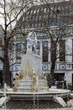 Estatua de Shakespeare en el cuadrado Londres de Leicester el 11 de marzo de 2019 Gente no identificada imagen de archivo