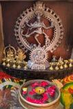Estatua de Shiva, del incienso y de las velas Foto de archivo libre de regalías