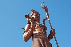 Estatua de Shiva en fondo del cielo azul Fotografía de archivo