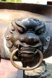 Estatua de Singha en la hornilla vieja del ncense del pote del palillo de ídolo chino foto de archivo