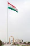 Estatua de Somoni delante de la bandera de Tayikistán dushanbe Foto de archivo libre de regalías