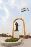 Estatua de Somoni delante de la bandera de Tayikistán dushanbe Imágenes de archivo libres de regalías