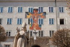 Estatua de St Rupert y fresco en la pared de la universidad de StBenedict Imagen de archivo