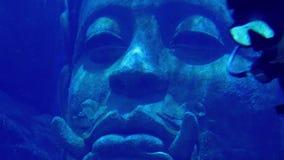 Estatua de Swims Past Ancient del buceador en el mar almacen de metraje de vídeo