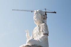 Estatua de Tailandia Guan Yin bajo construcción foto de archivo libre de regalías