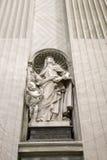 Estatua de Teresa del santo dentro de San Pedro. Fotografía de archivo libre de regalías