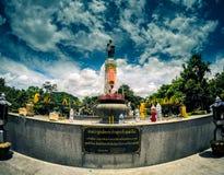 Estatua de Thao Suranari con el cielo hermoso en el parque de Thao Suranari, prohibición Nong Sarai, Pak Chong, Nakhon Ratchasima fotografía de archivo