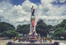 Estatua de Thao Suranari con el cielo hermoso en el parque de Thao Suranari, prohibición Nong Sarai, Pak Chong, Nakhon Ratchasima imágenes de archivo libres de regalías