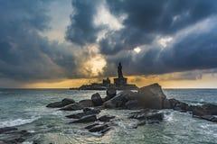 Estatua de Thiruvalluvar con las rocas y los cantos rodados en primero plano imagen de archivo