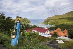 Estatua de Tiki sobre bahía en St Lucia imagen de archivo libre de regalías