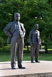 Estatua de Tomas y de Jan Antonin Bata en Zlin, República Checa Foto de archivo