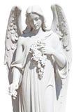 Estatua de un ángel con las flores aisladas Imagen de archivo libre de regalías