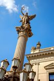 Estatua de un ángel en un pilar Imagen de archivo
