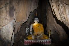 Estatua de un Buddha que se sienta Foto de archivo libre de regalías