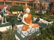 Estatua de un cad?ver que es comido por los p?jaros en fuera del templo de Wat Preah Prom Rath en Siem Reap, Camboya foto de archivo