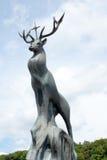 Estatua de un ciervo con la cruz santa Imagenes de archivo