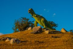 Estatua de un dinosaurio verde gigante Modelos animales prehistóricos, esculturas en el valle del parque nacional en Baconao, Cub Imágenes de archivo libres de regalías