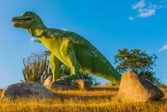 Estatua de un dinosaurio verde gigante Modelos animales prehistóricos, esculturas en el valle del parque nacional en Baconao, Cub Imagen de archivo libre de regalías