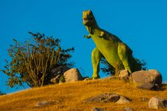 Estatua de un dinosaurio verde gigante Modelos animales prehistóricos, esculturas en el valle del parque nacional en Baconao, Cub Fotos de archivo