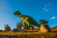 Estatua de un dinosaurio verde gigante Modelos animales prehistóricos, esculturas en el valle del parque nacional en Baconao, Cub Fotografía de archivo